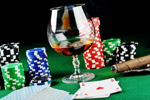 Как организовать идеальную домашнюю игру в покер: что выпить?